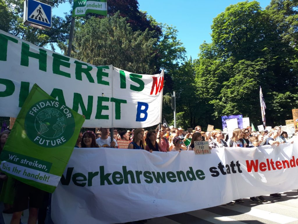 """Banner """"There is no Planet B"""" und """"Verkehrswende statt Weltende"""""""