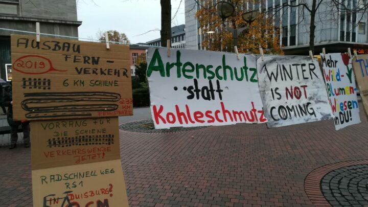 Demoschilder: Artenschutz statt Kohleschmutz, Winter ist NOT coming