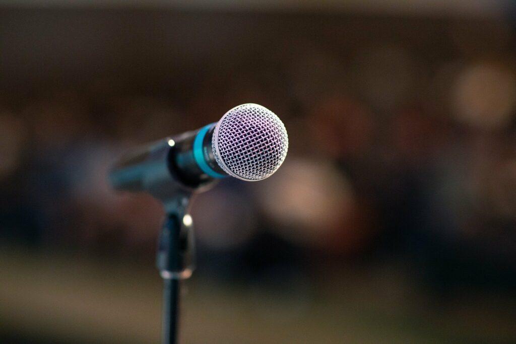 Symbolbild mit Mikrofon, Radiosendung